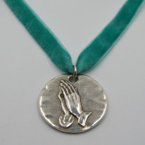 Medalla manos orando